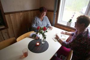 Stina Hedengran och Birgit Nääs fick avsluta fikat i värmeljusets sken.