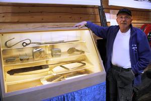 Bosse Nilsson, kassör i Loosgrufvan, visar montern med inlånade 1700-talsföremål.