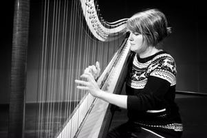 HARPIST JAVISST. Stina Hellberg valde som barn lite motvilligt harpan som sitt instrument men i tonåren var hon så fast i harpan att hon skolkade från skolan för att kunna öva. I vår spelar hon på sin harpa för Folkteaterns publik som en del av gänget som tillsammans gör
