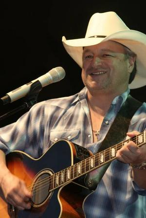 Mark Chesnutt från Texas bjöd på ­traditionell country.