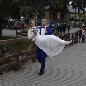 Vid en resa med Europaklubben till Vilnius besökte vi Trakai. Bilden av brudparet där vittnar om glädje och framtidstro. Detta i ett land tidigare hårt drabbat, men som nu utvecklas med ambitiösa och trevliga människor. Foto lördag 17 sept 2016