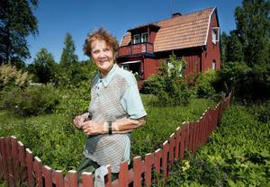 – Festivaldeltagarna har respekterat min trädgård och ingenting särkskilt har hänt. Jag har inget att klaga på, säger Erna Lindgren, närmaste granne till Rockweekend.