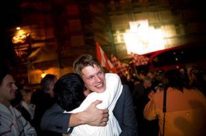 Viktor Elm får en kram vid hemkomsten till Kalmar efter att laget vunnit SM-guldet.  Foto: Adam Ihse/SCANPIX