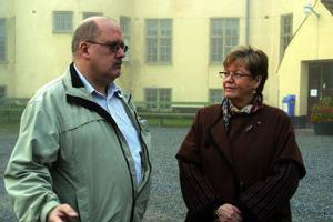 Åke Nyhlén, ordförande i Ånge arbetarkommun och riksdagsledamoten Lilian Virgn startade besöket i Ånge med äventyrshuset Boda Borgen.