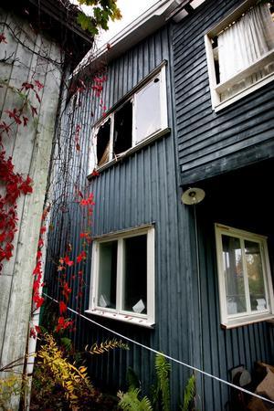 En villa på Prästgårdsgatan i centrala Ludvika eldhärjades svårt den 2 oktober. Brandmännen fick såga upp ett hål i taket på huset för att lokalisera brandhärden och få stopp på branden. Ingen var hemma i huset när branden startade vid 21-tiden.