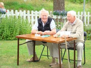 Lasse Larsson och Hans Eriksson sålde kaffebiljetter.