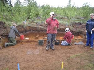 Ett försiktigt men noggrant arbete. Med små verktyg hittade Kjel Knutsson och studenterna från arkeologiska utbildningen i Uppsala betydligt äldre verktyg än de själva hade.