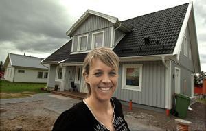 Anna Kilström utanför familjens hus på Tistronvägen.