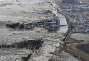 Ett jordskalv med magnituden 9,0 fick 2011 en tsunami att vräka in över den japanska ostkusten. Foto: AP/TT