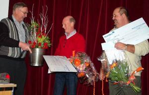 Lennart Olsson delade ut blommor till vinnarna av årets mineraljakt, Kjell Wallin och Stefan Cavallin.  Foto: Carin Selldén