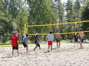 Volleybollturneringen spelades i soligt väder.