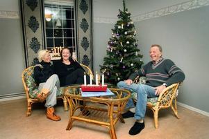 PREMIÄR. Ingen vila och ingen ro blir det för Britt Sjöberg Lindeberg, Marianne Geerhold och Gunnar Lindberg, styrelsen för Ulvsläntens kvarterslokal i Sätra i morgon. För då ska de för första gången arrangera gratis-jul för Sätras ensamma och andra intresserade – och räknar med fullt hus.