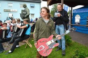 Mattias Jonasson fick en fräsch Hagströmgitarr.