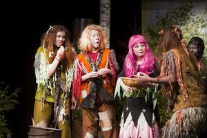 Trollen Enris (Lydia Thorin), Kombo (Anna Skoglund) och Tvåris (Tova Gustafsson) ber häxan Tekla (Agnes Viksten) om hjälp. I bakgrunden syns flugan Gunnar (Clara Beijer).