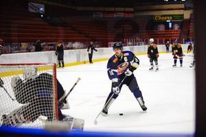 """Ishockey är synnerligen en minoritetssport i Malaysia. Gary Tan liksom kollegan Moi Jia Yung (inte i bild) försörjer sig genom ett vanliga arbeten vid sidan om sin ishockeyträning två gånger i veckan. """"Förra veckan var vi och spelade i Finland. Biljetterna dit betalade vårt förbund, men mellanlandningen i Sverige har vi sparat ihop till själva"""", säger Gary Tan."""