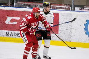 Jeremy Boyce i Timrå IK i närkamp med en Modospelare.