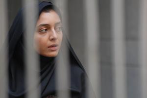 """Instängd. Sareh Bayat spelar hembiträdet, hopplöst nederst på samhällsstegen, i den avslöjande iranska filmen """"Nader och Simin – en separation"""". Foto: Folkets bio"""