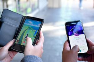 Australien har drabbats av Pokémonfeber. Två personer spelar mobilspelet Pokémon Go.