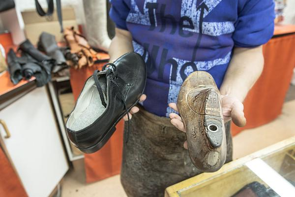 Den färdiga skon och modellen som den modellerades utifrån.