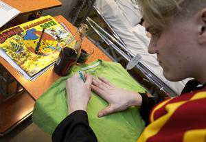 Jakob Silfverberg signerar Victor Eliassons t-shirt som förmodligen blivit tvättad för sista gången.