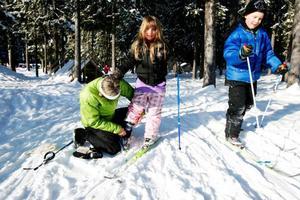 Miranda Nordlund Tokat får hjälp med skidorna.Foto: Henrik Flygare