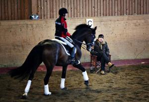Åsryttarna Theresa Burwall och Ingela Andersson har tagit hjälp av landslagsryttaren Maria Eriksson för att kunna ta nästa kliv i satsningen mot den svenska eliten i dressyr. Här rider Burwall med Charlette medan Eriksson tittar på.