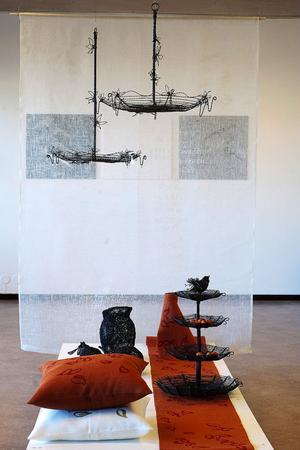 I avskalat vitt, svart och rostbrunt ger utställningen en stark känsla av höst.