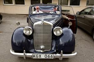 När Bosse Persson tog studenten på Vasaskolan för 50 år sedan hämtade hans pappa honom i den här Mercedesen som han nu kunde köra till jubileet med klasskamraterna. Bredvid sitter Björn Berglin.