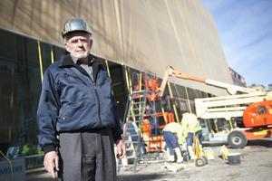 Sven-Harry Karlsson, 79 år, framför sitt konstmuseum i Stockholm. Byggnaden har tagit två år att bygga och kostat 150 miljoner kronor.