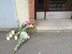 Under lördagen har vänner och bekanta till den avlidna kvinnan lagt blommor och tänt ljus utanför kvinnans bostad.
