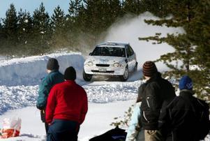 Härjedalsbrickan lockade ut många rallyentusiaster i skogarna runt Sveg. Här är det full fart på sträckan i Byvallen.
