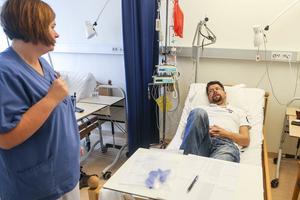 Stämningen på Onkologen blir nästan lite familjär. Patienterna lär känna sjuksköterskorna och tvärtom. Linda Mikaelsson pysslar om Jonas Westfält och vill gärna veta hur det går med matchtröjorna från Mora.