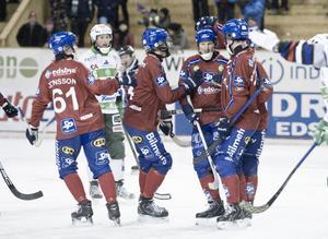 Edsbyns Fredrik Åström klappas om efter ett av sina två hörnmål i matchen mot Västerås.