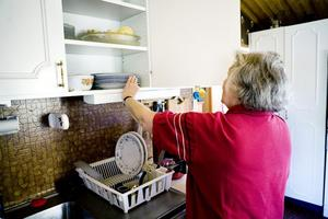 Agneta vet exakt var varje pryl står i köksskåpen.