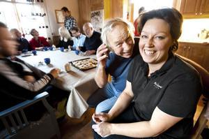 Härligt att kunna prata i mobiltelefonen, tycker Linda Tidigs och Leif Walter.