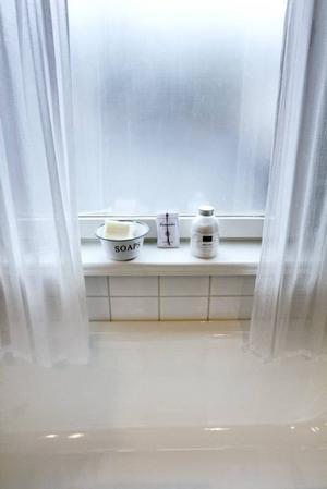 VITASTE VITT. Även badrummet går i vitt i Lise-Lotts vita hem.