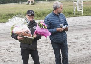 Malin Löfgren har precis fått presenter från Ovalla Travsällskap. Banintervjuaren Patrick Sjöö till höger.