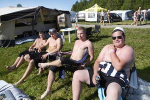 Ett av alla trivsamma norska inslag på campingen var det här grabbgänget. Sondre Hansen, Eirik Lidal, Petter Trångmyr och Christian Nessimo tog seden dit de kommer och dricker svensk öl i sommarvärmen.