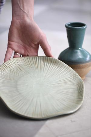 Ett fynd? Ett vackert fat av keramik kan bli en fin inredningsdetalj. Kolla vilka stämplar som finns på föremålet. Kanske gör du ett fynd.