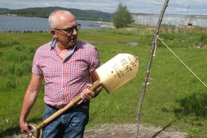En glädjens guldspade visasstolt upp av Staffan Östman.