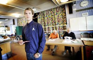 Jonas Berggren, 30 år, var den yngste valdeltagaren vi kunde hitta vid besök i Kilbergsskolan. I bakgrunden valförrättarna Bengt Andersson och Suhne Thim.