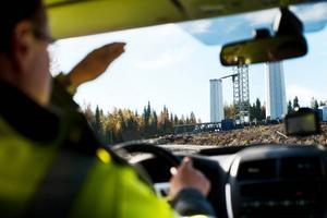 På väg in i vindkraftsland där tornen kommer i lösa delar på långtradare och sätts ihop med 15 000 bultar på plats i Stamåsen.