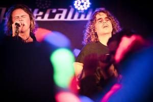 Johan Myhrgren, sångare i Sators förband Degeneration, tillsammans med gitarristen Viktor Eriksson.