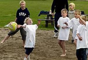 Foto: LEIF JÄDERBERG Bollkul. William Pettersson, 8 år, kämpar för att nå bollen. Killarna hade det svårt mot tjejerna i volleyboll. De var både fler och större.