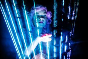 Dockstela Marion, gestaltad av Lina Ljungqvist, spelar på laserstrålar.
