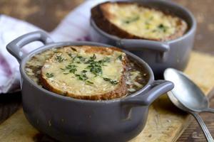 Fransk löksoppa är en tidlös klassiker. Perfekt vardagsmat när plånboken börjar sina.   Foto: Janerik Henriksson/TT