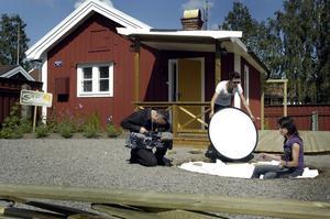 Omtagning. Niklas Forshell, Mauri Chifflet och Maria Arborgh jobbar intensivt. Det tar tid att producera en halvtimme tv. Foto:Anna Klintasp