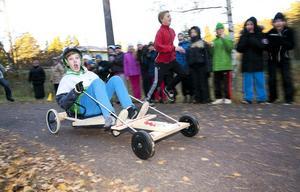 Oscar Danielsson i sexan gav allt för att vinna Skräddarbackens lådbilsrally på torsdagsmorgonen.