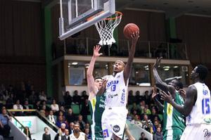 Egal Saleman lockas av sin hemstad Umeå, som satsar i division 1. Stannar han ändå i Jämtland Basket?