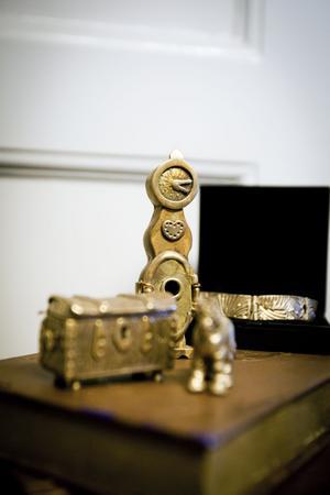 Små detaljerade föremål i brons utgjorde ett intressant inslag på hantverksmarknaden i lördags.